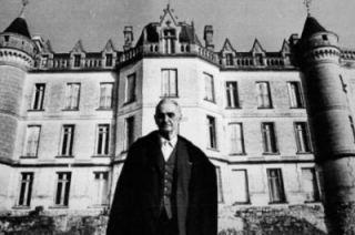 Raymond Réthoré, devant son manoir, le 21 novembre 1981