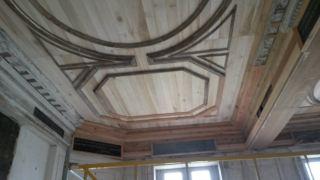 Le plafond de la salle-à-manger du petit manoir...