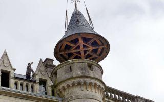 La tour qui culmine à 30 mètres a reçu un nouveau chapeau d'ardoises.  Photos Phil Messelet