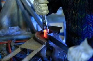 Le fer se tord pour devenir volute. Crédit photo Jean-Claude BRUNET